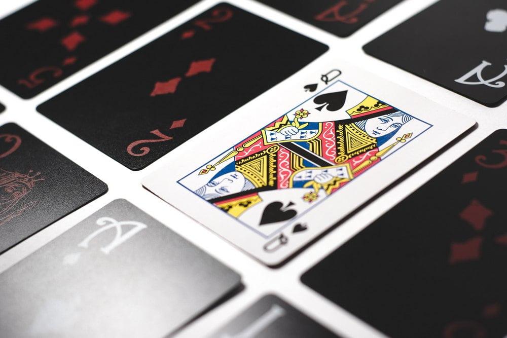 Panostaminen pokerissa – miten panostamista rajoitetaan
