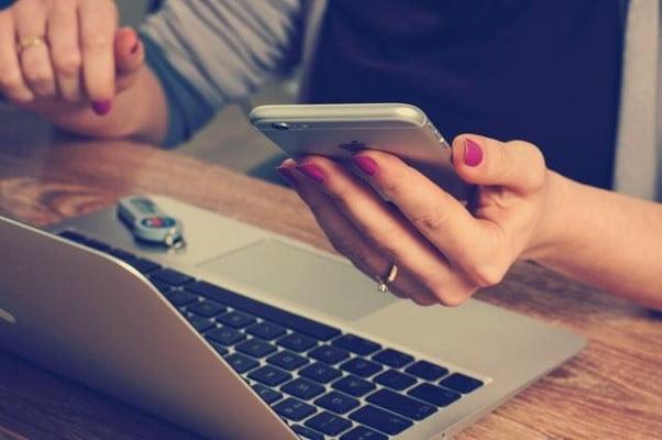 Näin verkkopankkitunnistautumista hyödynnetään nettipelaamisessa Verkkopankkitunnistautuminen on tapa kirjautua palveluihin, joka on ollut käytössä jo useamman vuoden. Tunnistautumalla sähköisesti netissä voit esimerkiksi tehdä veroilmoituksesi, katsoa sairaustietojasi tai vaikkapa tilata passin. Uusimpana uutuutena on myös rekisteröityminen nettikasinoille. Unsplash Jokaisella suomalaisella on oikeus saada verkkopankkitunnukset, jotka ovat verkkopankkitunnistautumisen avain. Lähes neljällä miljoonalla suomalaisella on pankista saatavat sähköisen kirjautumisen mahdollistavat tunnukset, joita voidaan nykyään käyttää joidenkin pankkien myöntämällä pankkitunnussovelluksella tai -laitteella. Nettipelaamisen aloittaminen verkkopankkitunnuksilla Tänä päivänä voit kirjautua sisään samalla menetelmällä myös nettikasinoille, mutta asia on viety yhden askeleen eteenpäin. Samalla verkkopankkitunnistautumisella voit nimittäin luoda itsellesi myös tilin, tallettaa rahaa ja vahvistaa tilisi. Myöhemmin kirjaudut luomallesi kasinotilille sisään käyttämilläsi tunnuksillasi ja jatkat pelaamista siitä mihin se jäi. Pelkästään nettipelaamista varten suunnitellun palvelun kehittäjä on ollut vuodesta 2008 fintech-alalla toiminut Trustly. Se on keskittynyt varsinkin verkkopankkisiirtojen välittämiseen useissa nettikaupoissa ja -yrityksissä. Nettipelaajille se on ollut tuttu nimi nettikasinoiden maksuvälineiden joukossa jo useamman vuoden ajan. Sen uuden Pay N Play -palvelun myötä kuitenkin Trustly on saanut tehtyä nimestään vielä tunnetumman ja erottumaan selkeämmin muista nettipelaamiseen tarjotuista maksutavoista. Jopa siinä määrin, että verkkopankkitunnistusta hyödyntäviä nettikasinoita kutsutaan myös nimillä Trustly-kasinot ja Pay N Play -kasinot. Suuri määrä Trustly-kasinoita alkoi ilmestyä nettikasinomarkkinoille varsinkin vuonna 2018 ja nykyään ne ovat määrällisesti suurin uusia sivustoja julkaiseva kasinolaji. Kyseiset nettikasinot ovat suuntautuneet varsinkin suomalaisille pelaaj